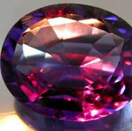 Bei künstlichen Licht oder Kerzenlicht wechselt seine Farbe zu einem sanften Rot (Rubinrot, Himbeerrot), Orange, Rot-Violett oder Violett-Grau