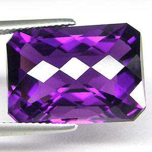 Der Amethyst ist ein violetter Kristallquarz, der seine Farbe durch Spuren von Eisen und den Einfluss ionisierender Strahlung entwickelt hat