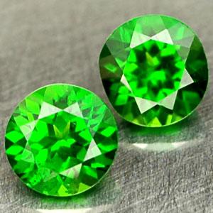Runder Diopsid Edelstein in grüner Farbe