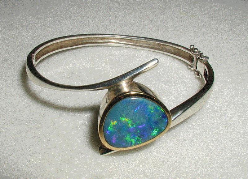 Edelsteinring mit eingefassten Opal