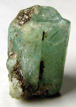 Rohstein Smaragdt mit Resten vom Muttergestein
